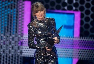 جوایز موسیقی آمریکا اهدا شد / تیلور سویفت در تعقیب مایکل جکسون