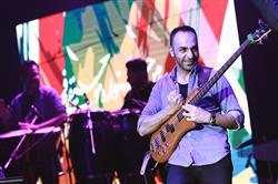 امید حاجیلی در سالن ایرانیان روی صحنه رفت