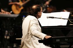 کنسرت «نوستالژی» ناصر چشمآذر به روی صحنه رفت